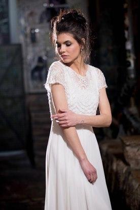 שמלת כלה עם תחרה וחצאית חלקה