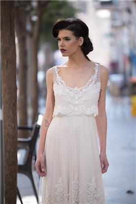 שמלת כלה מתחרה בחלק העליון וקישוט תואם בחצאית