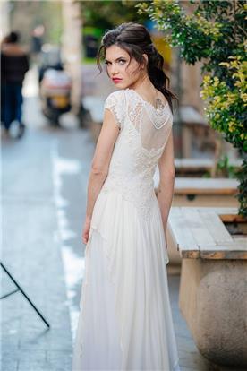 שמלת כלה עם גב סגור בשילוב תחרה