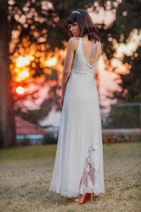 שמלת כלה בשילוב תחרה בחלק התחתון של החצאית
