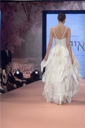 שמלת כלה: קולקציית 2019, שמלה בגזרה נשפכת, שמלה עם כתפיות דקות, שמלה בסגנון רומנטי, שמלה עם תחרה, שמלה עם גב חשוף, שמלה בצבע לבן - נעה ואיילת-בוגרות בצלאל