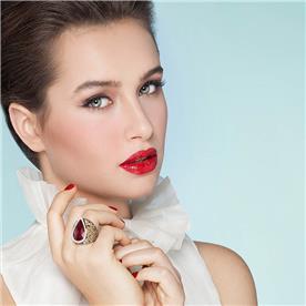 איפור רומנטי עם דגש של שפתון אדום