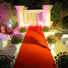 חופה עם שטיח ופרחים אדומים