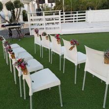 עיצוב פרחים בכיסאות החופה