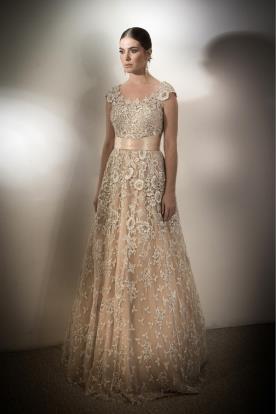שמלת ערב עדינה נשפכת וחגורה