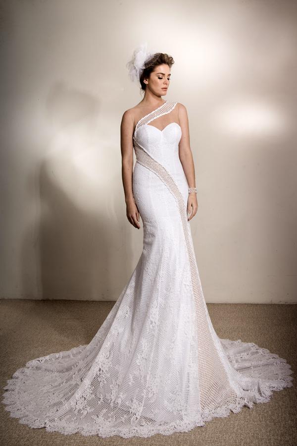 שמלת כלה נועזת כתפיה אלכסונית