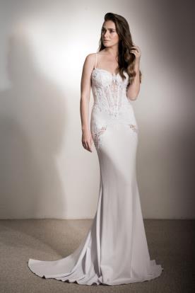 שמלת כלה חלקה עם פתחי תחרה