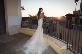 שמלת כלה גף חשוף וכתפיות דקות