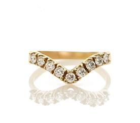 טבעת וי קטנה משובצת יהלומים