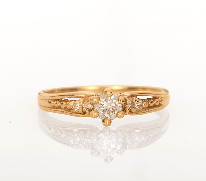 טבעת זהב בהשראת וינטג' עם יהלום מרכזי