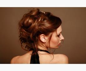 שיער אסוף מרושל למראה עכשווי