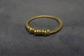 טבעת נישואין עם חרוזי זהב