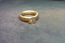 טבעת אירוסין יהלום בתוך מסגרת