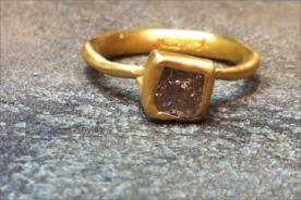 טבעת אירוסין עם אבן רובי מרובעת