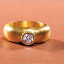 טבעת עגולה עם אבן