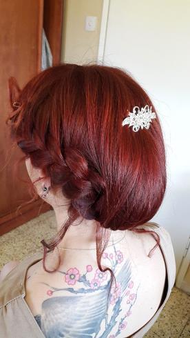 עיצוב שיער אסוף מרושל עם צמה לכלה
