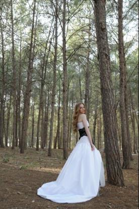 שמלת כלה בשילוב תחרה שחורה
