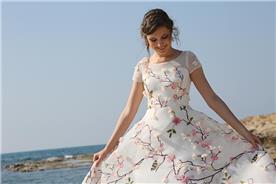 שמלת כלה עם פרחים ורודים