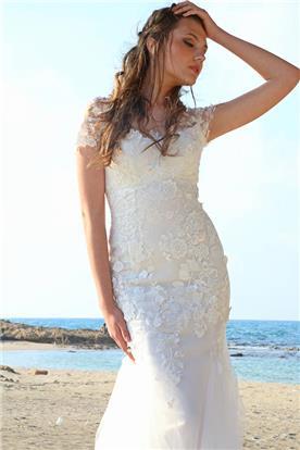 שמלת כלה צמודה בחלק העליון, וחצאית נמוכה נפוחה