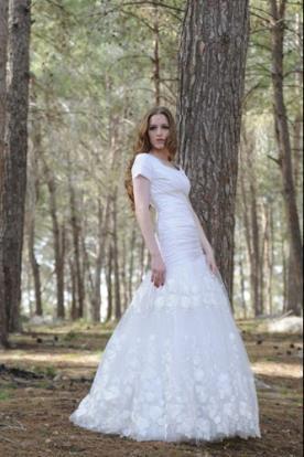 שמלת כלה עם כיווצים בחלק העליון וחצאית נמוכה נפוחה