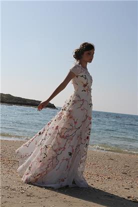 שמלת כלה לבנה בשילוב פרחים ורודים
