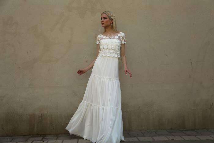 שמלת כלה: קולקציית 2018, שמלה בסגנון רומנטי, שמלה עם תחרה, שמלה בגזרה גבוהה, שמלה בצבע לבן - מירה-עיצוב שמלות כלה