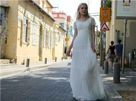 שמלת כלה: קולקציית 2018, שמלה בסגנון קלאסי, שמלה עם תחרה, שמלה בגזרה גבוהה, שמלה בצבע לבן - מירה-עיצוב שמלות כלה