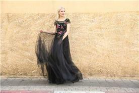 שמלת שושבינה: קולקציית 2018, שמלה בגזרה נשפכת, שמלה בסגנון רומנטי, שמלה עם תחרה, שמלה בצבע שחור - מירה-עיצוב שמלות כלה