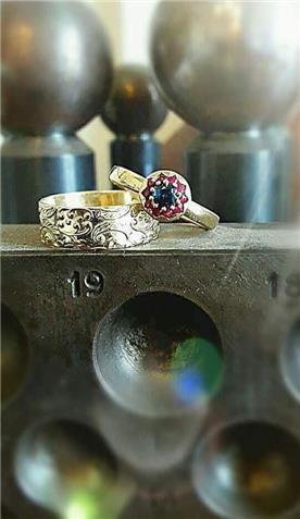 תכשיט: תכשיט לאישה, תכשיט מזהב אדום, תכשיט בעיטור עיגולים, יהלומים - רועי איבגי-אומן צורפות