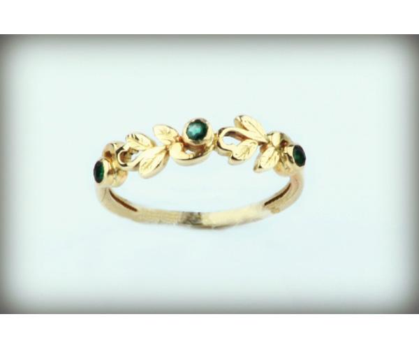 טבעת אירוסין עדינה עם עלים ואבנים