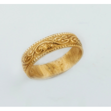 טבעת נישואין מעוטרת