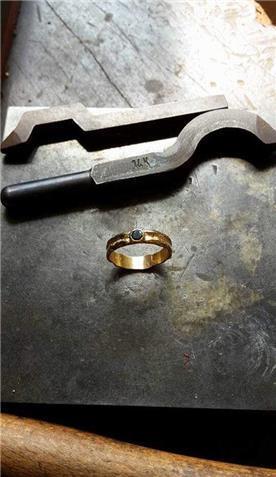טבעת נישואין: תכשיט לאישה, תכשיט בציפוי זהב, תכשיט בעיטור עיגולים, יהלומים - רועי איבגי-אומן צורפות