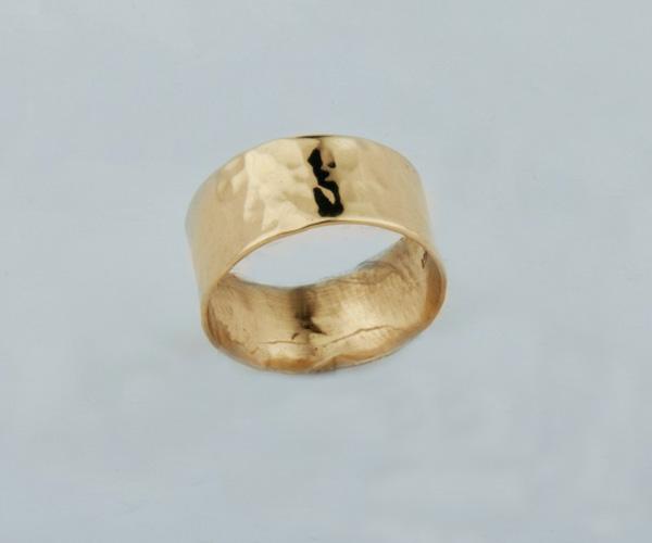 טבעת נישואין רחבה עם טקסטורה