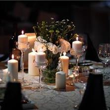 נרות בשילוב פרחים