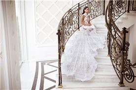 שמלת כלה יפה עם שובל עשיר
