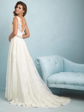 שמלת כלה עם גב מפוסל