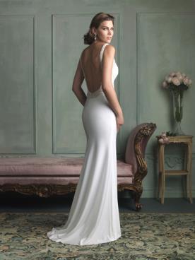 שמלת כלה בגזרה קלאסית עם גב פתוח