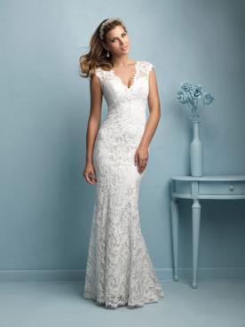 שמלת כלה תחרה עם מחשוף משונן