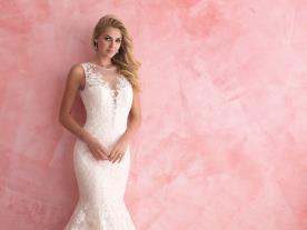 שמלת כלה צמודה רומנטית עם מחשוף