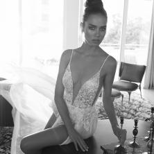 שמלת כלה מחשוף עמוק