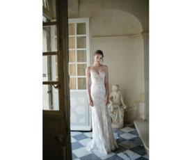 שמלת כלה רומנטית עם מחשוף מחורז