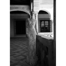 שמלת כלה מעוטרת חרוזים ותחרה