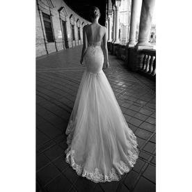 שמלת כלה קלאסית עם שובל ארוך