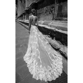 שמלת כלה מרשימה עם שובל
