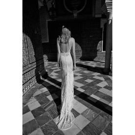שמלת כלה עדינה צמודה עם שובל