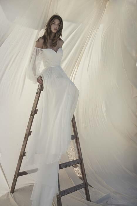 שמלת כלה: קולקציית 2020, שמלה בסגנון רומנטי, שמלה עם תחרה, שמלה עם מחשוף, שמלה עם שובל, שמלה עם מחוך, שמלה בצבע לבן - אלון ליבנה