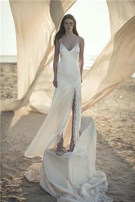 שמלת כלה: קולקציית 2020, שמלה עם כתפיות דקות, שמלה בסגנון רומנטי, שמלה עם תחרה, שמלה עם מחשוף, שמלה עם שסע, שמלה בצבע לבן - אלון ליבנה