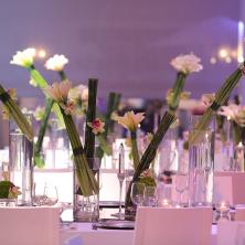 שולחן עם עיצוב פרחים בכוסות