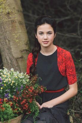 איפור ושיער בעיצוב טבעי לנערה