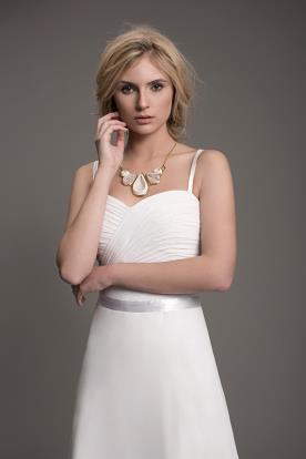 שמלת כלה קלאסית עם כתפיות וחגורה
